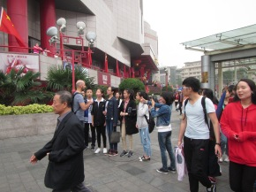 5606 - walking around Xi'an (christopher getting interviewed by local teens)