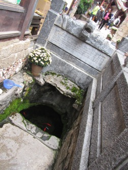 6232 - walking around lijiang downtown(Monglies well)