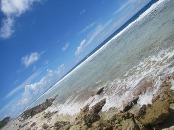 11025 - Rangiroa - walking along the outside beech of the atoll