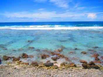 11033 - Rangiroa - walking along the outside beech of the atoll