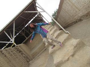12720 - walking around the Huaca La Esmeralda and the old colonal townsite in Trujillo