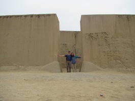 12736 - walking around the Huaca La Esmeralda and the old colonal townsite in Trujillo
